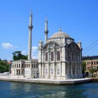 Zijaanzicht op de Ortaköy Moskee