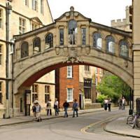 Zicht op Oxford Bridge