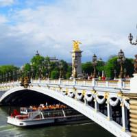 Boot onder de Pont Alexandre III
