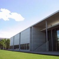 Zijkant van de Pinakothek der Moderne