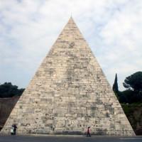 Totaalbeeld van de Piramide van Cestius