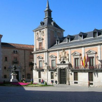 Gebouw langs de Plaza de la Villa