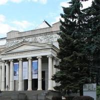 Bomen aan het Poesjkinmuseum