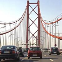 Auto's op de Ponte 25 de Abril