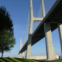 Onder aan de Ponte Vasco da Gama