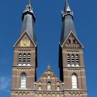 De twee torens van de Posthoornkerk