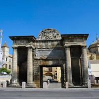 Totaalbeeld van de Puerta del Puente