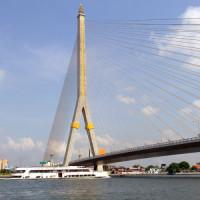 Zicht op de Rama VIII brug