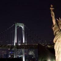 Nachtbeeld op de Regenboogbrug
