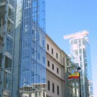 Zijaanzicht van het Centro de Arte Reina Sofía