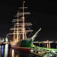 Nachtbeeld van het schip Rickmer Rickmers