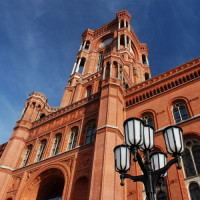 Onderaan het Rotes Rathaus