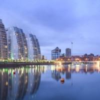 Zicht op het water van Salford Quays