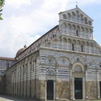 Overzicht van een kerk in Pisa