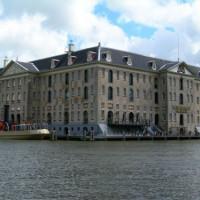 Scheepvaartmuseum van over het water gezien