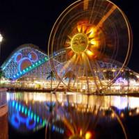 Nachtbeeld van Disneyland
