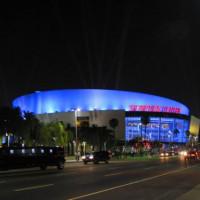 Nachtbeeld van het Staples Center