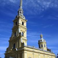 Zijaanzicht van de Petrus en Pauluskathedraal