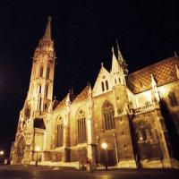 Matthiaskerk bij nacht
