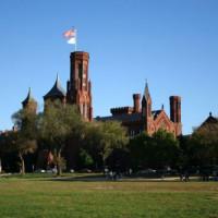 Zijaanzicht van het Smithsonian Castle