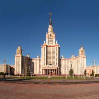Voorkant van de Staatsuniversiteit van Moskou