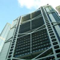 Onder aan het Standard Chartered Bank Building