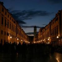 Nachtbeeld van de Stradùn