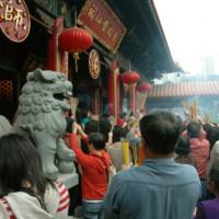 Gelovigen aan de Wong Tai Sin Tempel