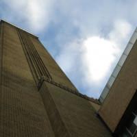 Onder aan het Tate Modern