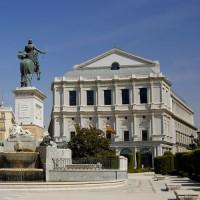 Standbeeld voor het Teatro Real