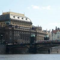 Zijaanzicht van het Nationaal Theater