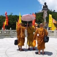 Monniken bij de Tian Tan Boeddha