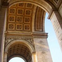 Onder de Arc de Triomphe