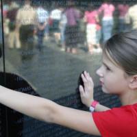 Meisje aan de Vietnam Veterans Memorial