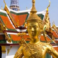 Beeldje voor het Wat Phra Kaew